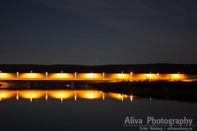 När en lastbil passerar på E4 vid Midlanda mitt i natten, då kan man få en sån här bild.