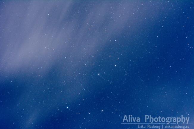 Ränder bildas i de tunna molnen som försöker gömma de vackra stjärnorna